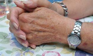 Białe plamki na paznokciach – co oznaczają?