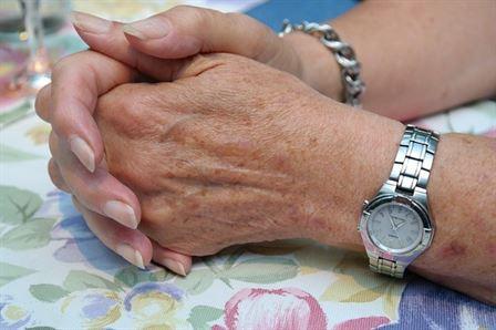Dłonie starszej kobiety