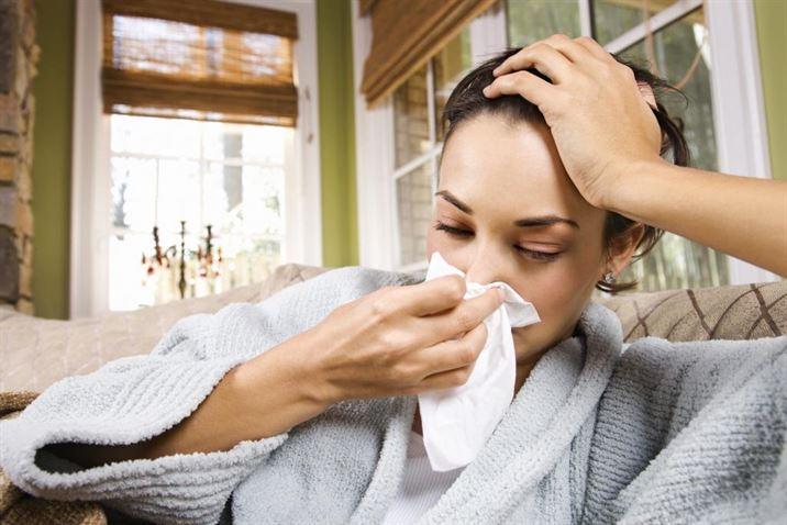 kobieta grypa w łóżku