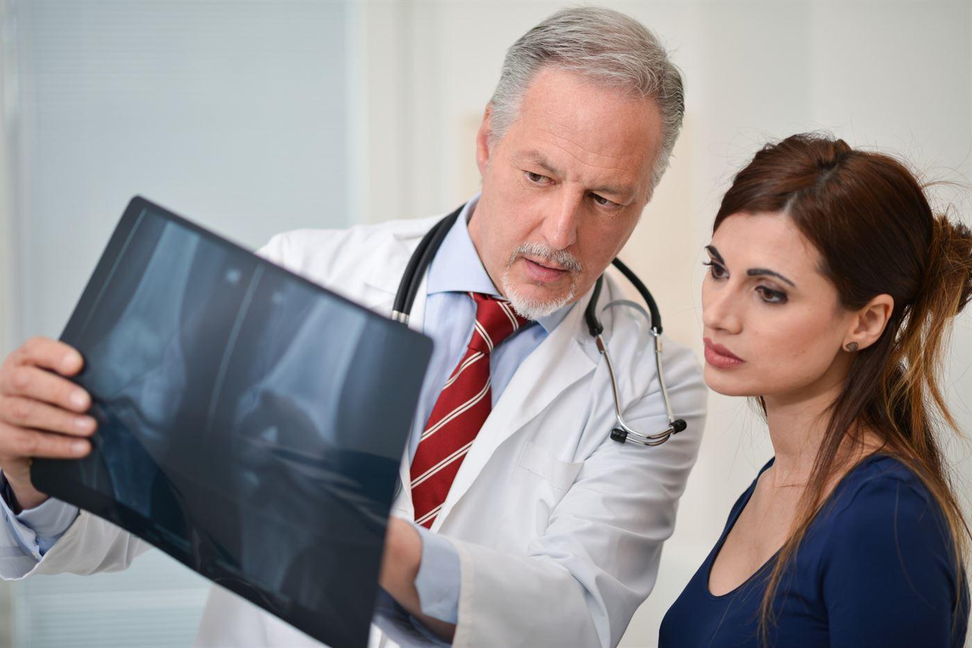 lekarz pokazuje wyniki badania kości